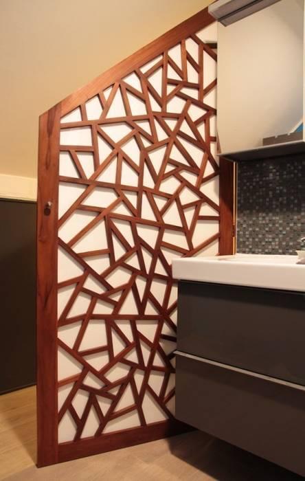 Custom made door : Salle de bains de style  par Matahati
