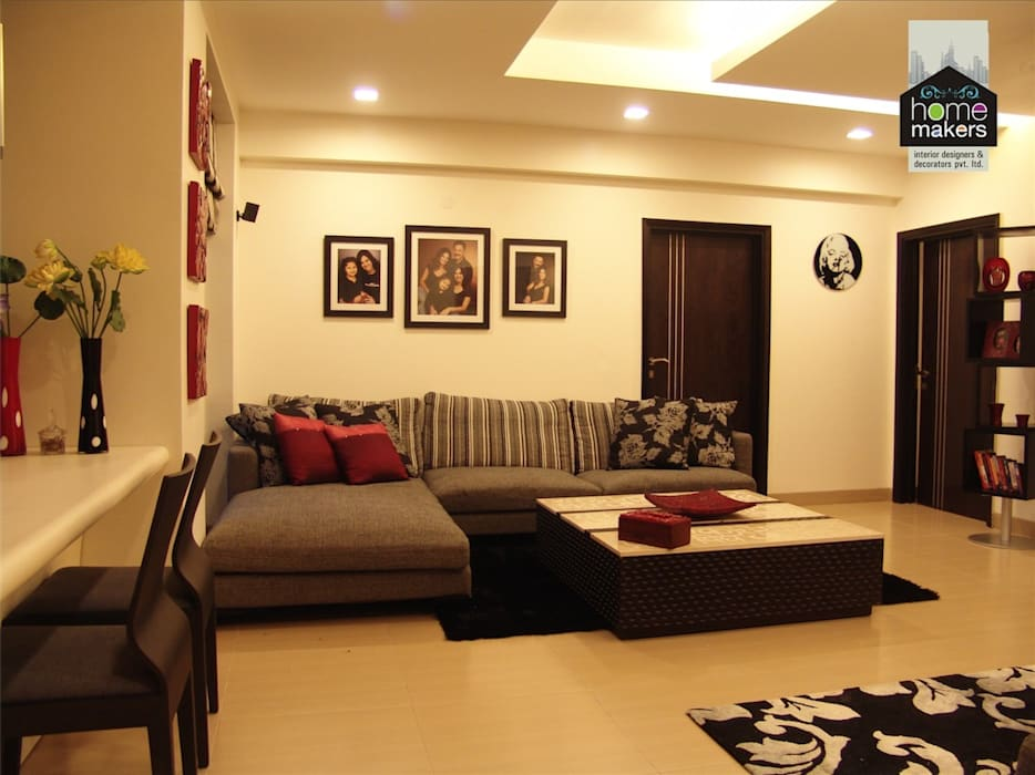A profoundly warm room:  Living room by home makers interior designers & decorators pvt. ltd.