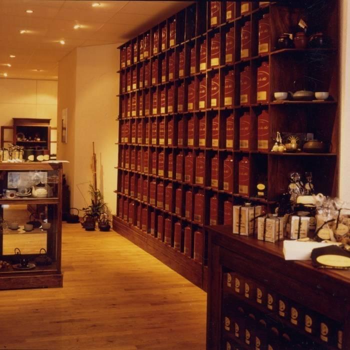 Shelving units for a tea shop: Espaces commerciaux de style  par Matahati