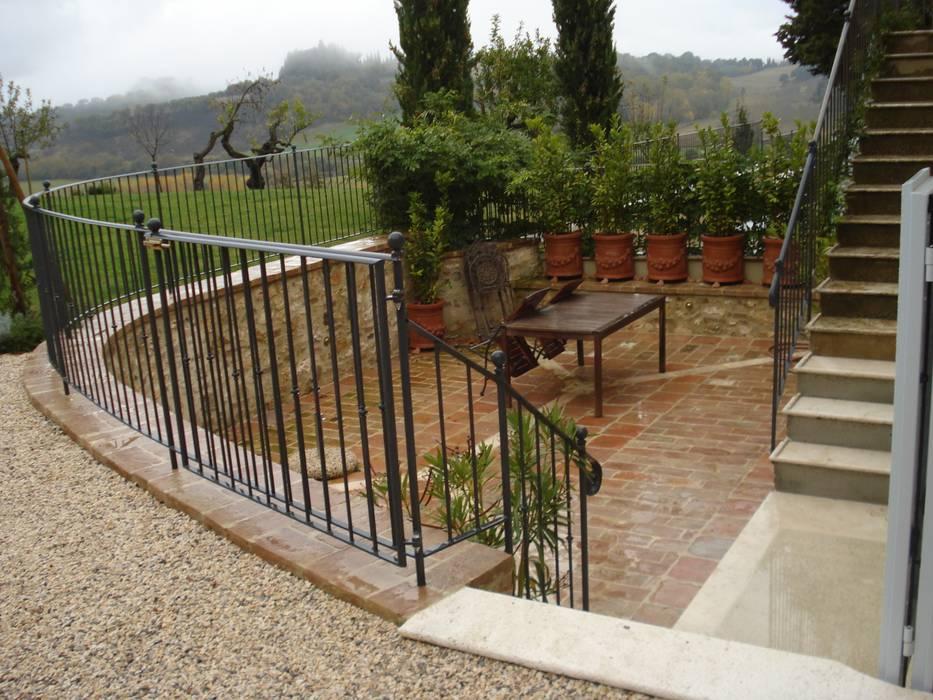 STUDIO B&W: Giardino in stile in stile Rustico di Ilaria Panchetti Architetto