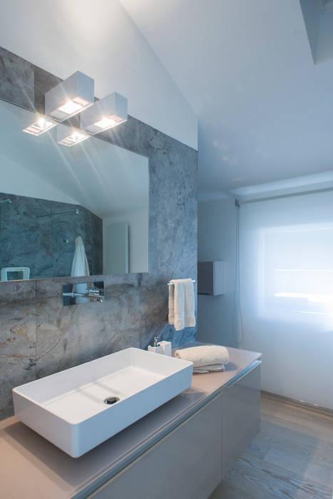 Bathroom - Bagno  Galassia ceramiche  Ritmonio  Regia accessori bagno  Rivestimento pareti in pietra slim 1 mm: Bagno in stile in stile Moderno di Andrea Tommasi