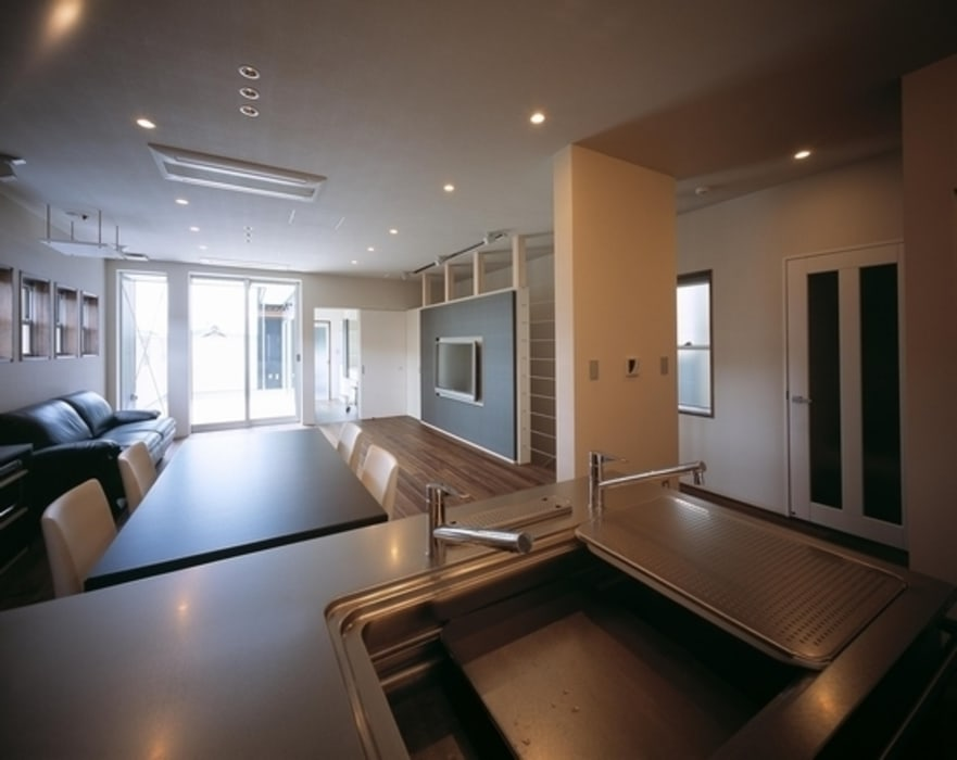 Cocinas de estilo moderno de 有限会社アルキプラス建築事務所 Moderno