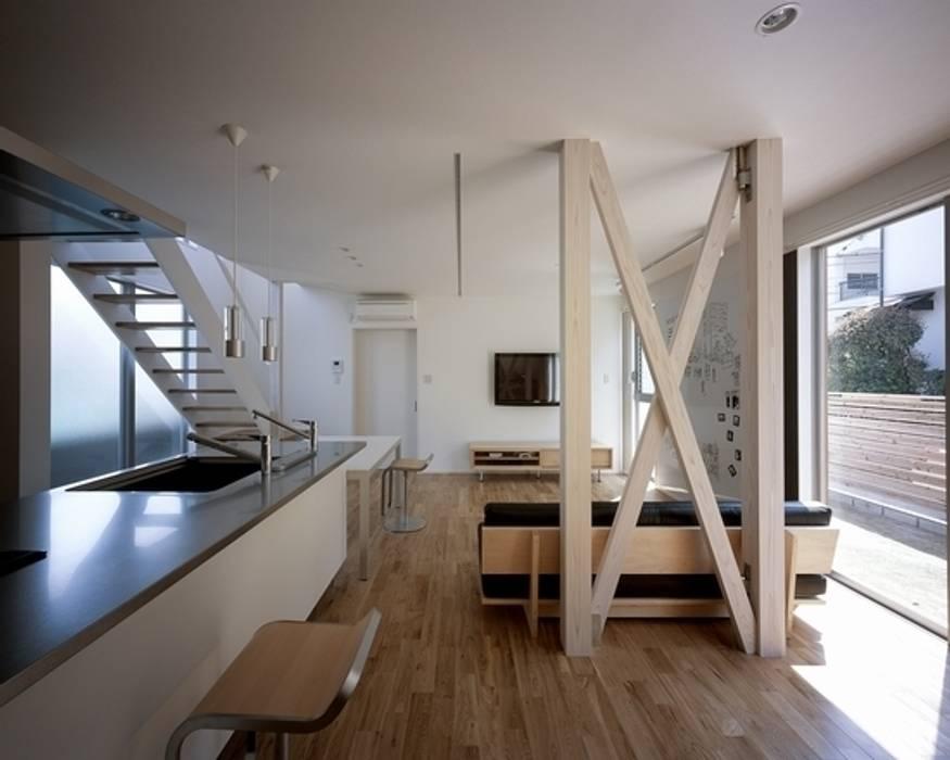 Salas / recibidores de estilo  por 有限会社アルキプラス建築事務所, Moderno