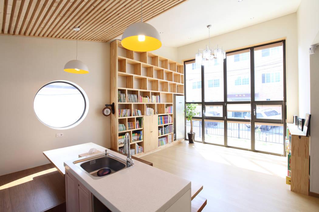 천장높은 거실: 주택설계전문 디자인그룹 홈스타일토토의  거실