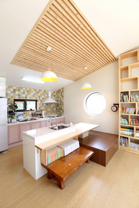 Projekty,  Kuchnia zaprojektowane przez 주택설계전문 디자인그룹 홈스타일토토,