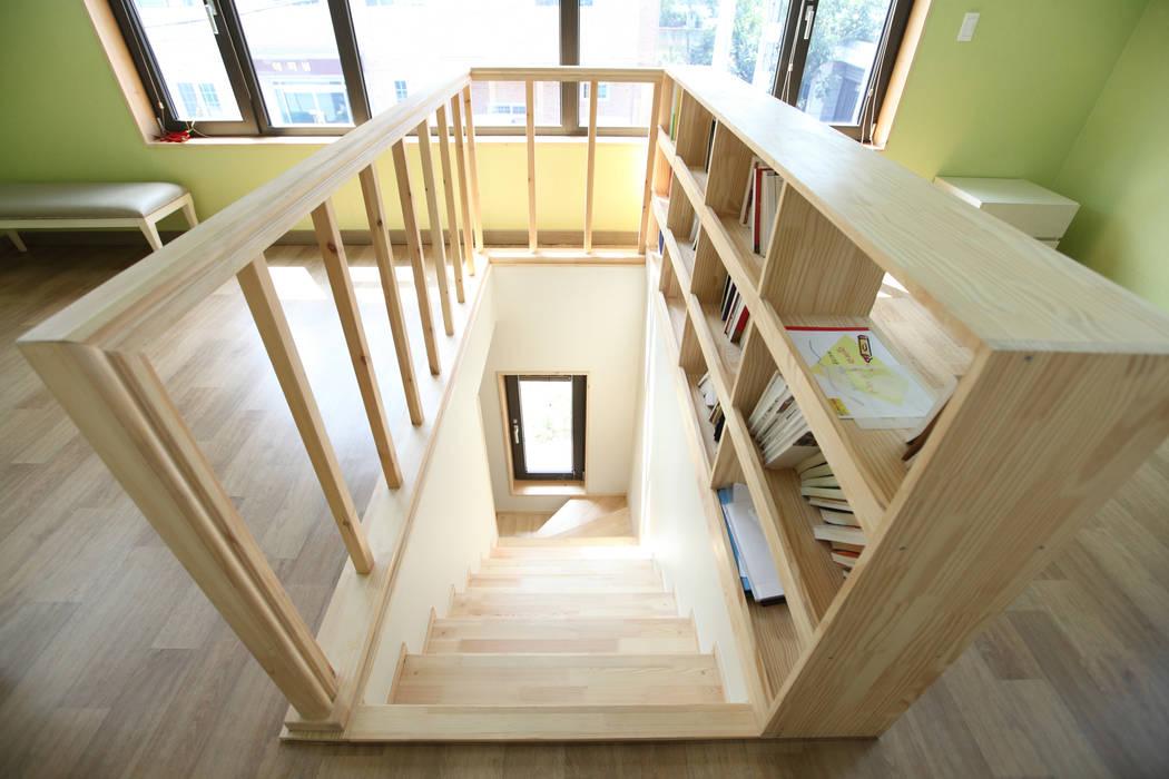 Modern Corridor, Hallway and Staircase by 주택설계전문 디자인그룹 홈스타일토토 Modern