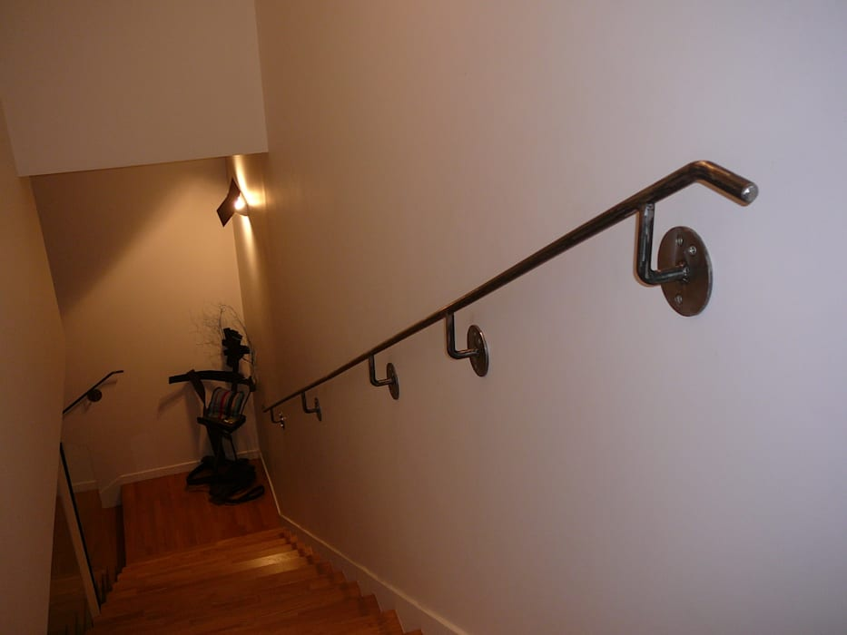 Main courante en acier rond .: Escalier de style  par ATELIER MACHLINE