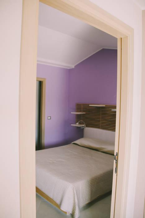 Una mansarda per un single: camera da letto in stile di studio di ...