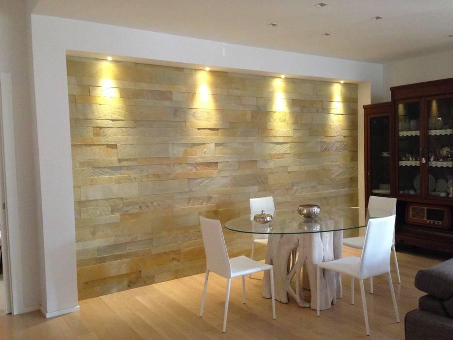 Appartamento in bari rivestimento parete soggiorno in Soggiorno stile moderno