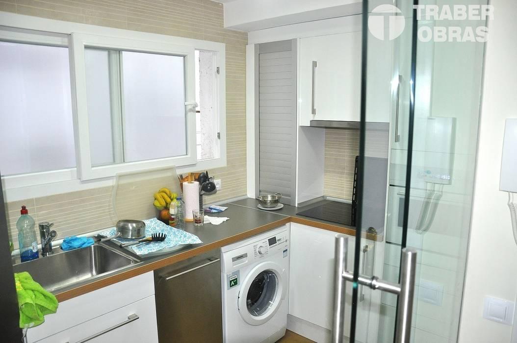 Reforma integral de vivienda en Madrid por Traber Obras. Cocina.: Cocinas de estilo moderno de Traber Obras