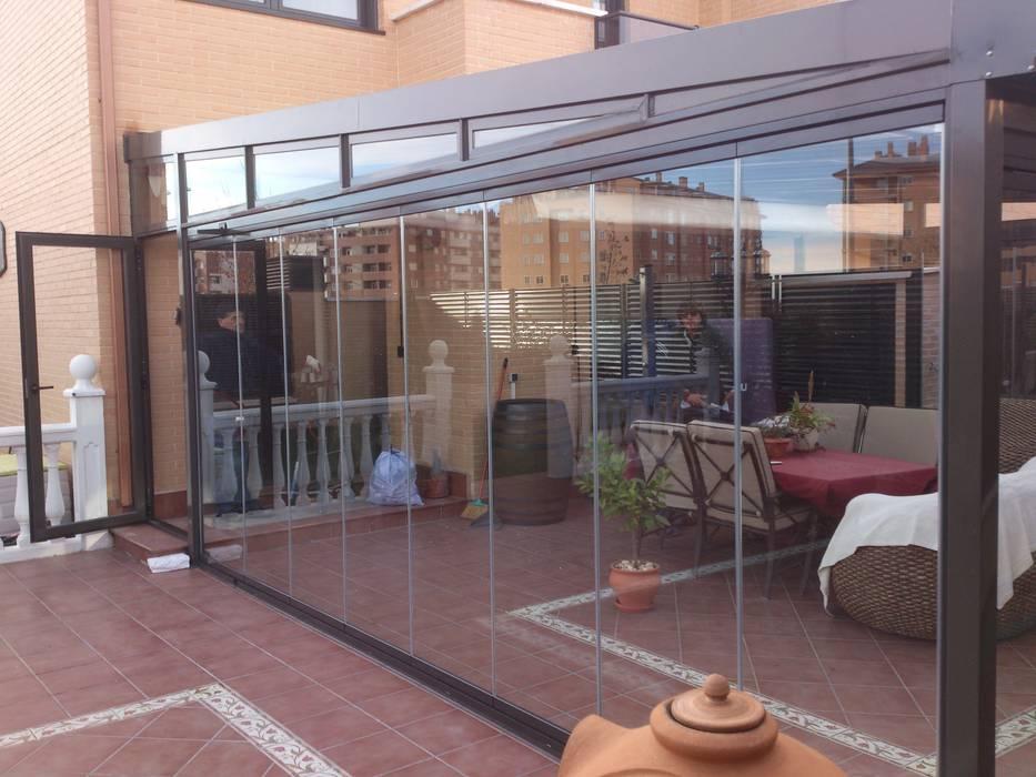 Parámetros panorámicos Balcones y terrazas de estilo moderno de CERRAMIENTOS ALUMEN&MUÑOZ S.L Moderno