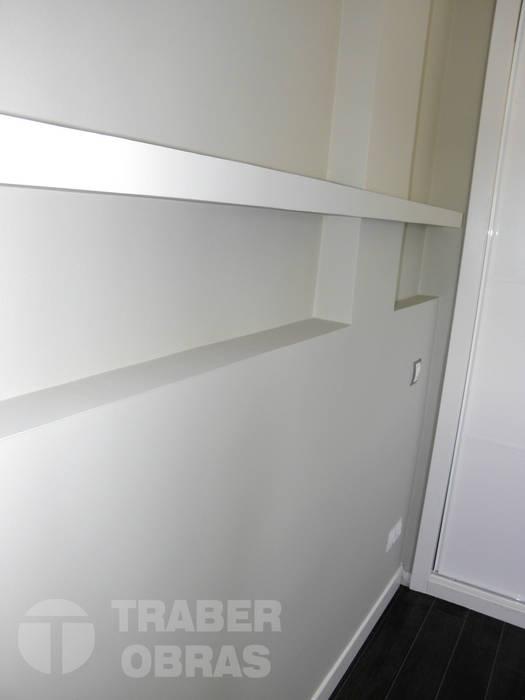 Reforma integral de vivienda en Madrid por Traber Obras. Dormitorio - zona cabecero de cama. Dormitorios de estilo moderno de Traber Obras Moderno