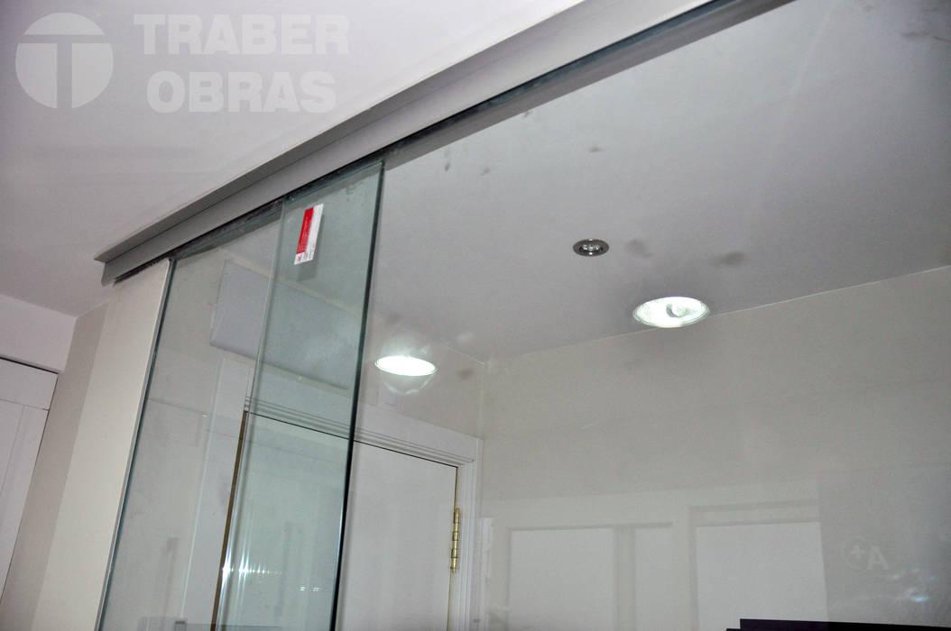 Reforma integral de vivienda en Madrid por Traber Obras. Cerramiento de vidrio templado. Cocinas de estilo moderno de Traber Obras Moderno