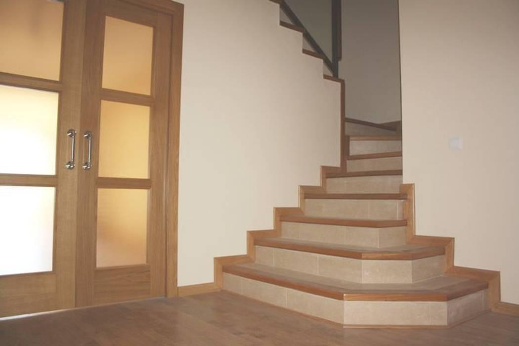 Mamperlanes de escalera: Pasillos y vestíbulos de estilo  de MUDEYBA S.L.