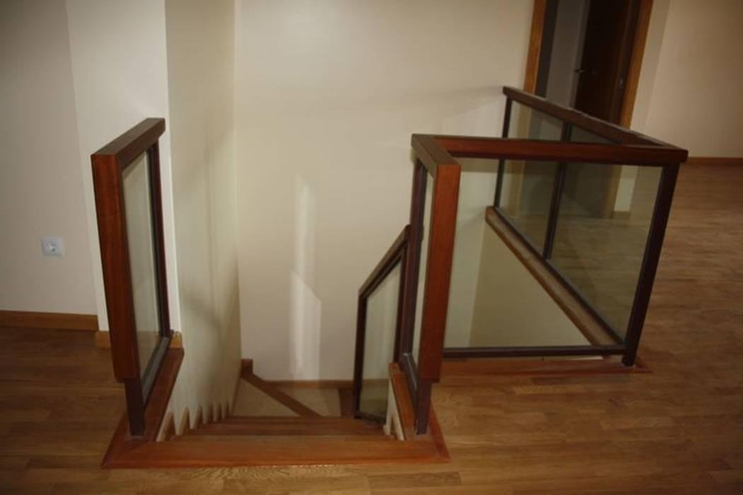 Pasamanos de escalera: Pasillos y vestíbulos de estilo  de MUDEYBA S.L.