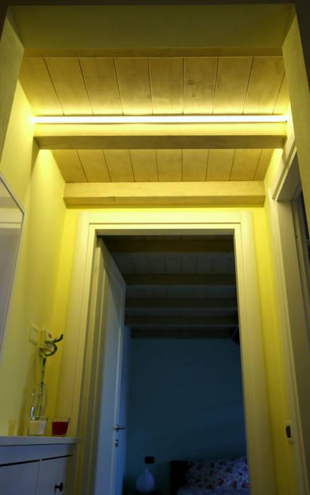 GIOCHI DI LUCE: Ingresso & Corridoio in stile  di TOBEHOME INTERIORS