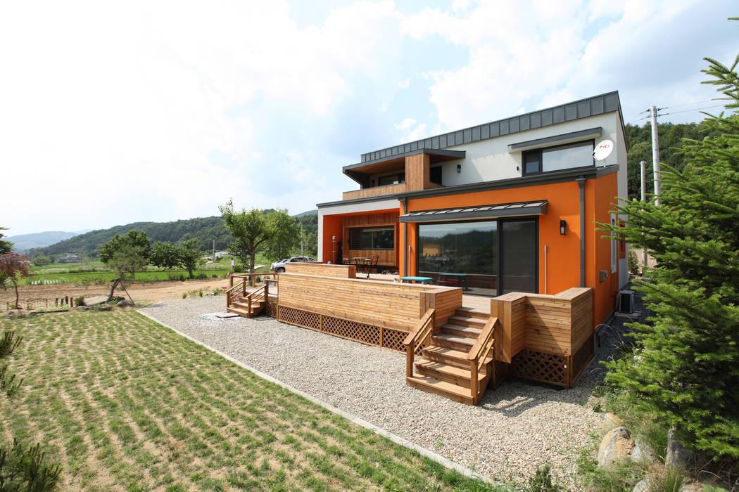 강렬한 오렌지색 컬러가 이 집의 트레이드 마크가 되었다. 모던스타일 주택 by 주택설계전문 디자인그룹 홈스타일토토 모던