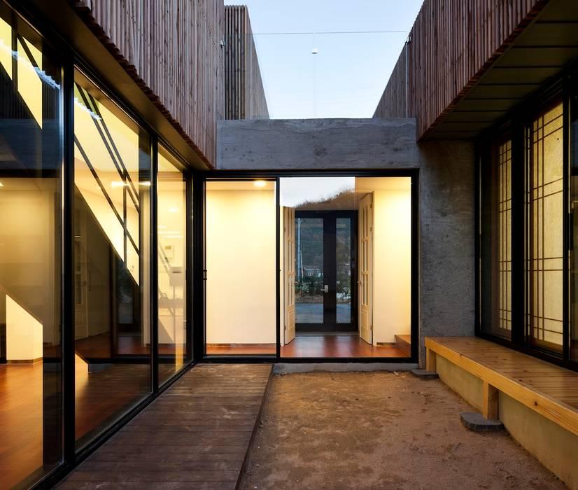 Balcones y terrazas de estilo moderno de ADF Architects Moderno