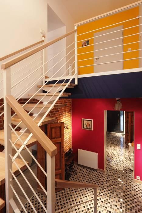 Pasillos, vestíbulos y escaleras de estilo moderno de REFORM Konrad Grodziński Moderno