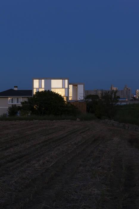 西側立面夜景 モダンな 家 の ihrmk モダン