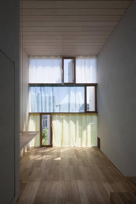 書斎東側の窓その1 モダンな 窓&ドア の ihrmk モダン