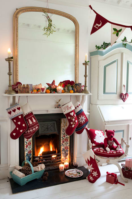 Alpine Christmas Cushions, Stockings and Decoration Livings de estilo clásico de Jan Constantine Clásico
