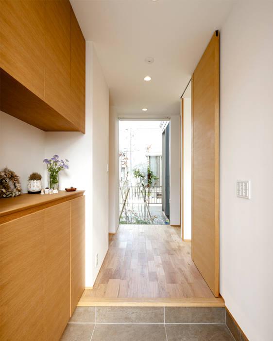 Modern Corridor, Hallway and Staircase by H建築スタジオ Modern