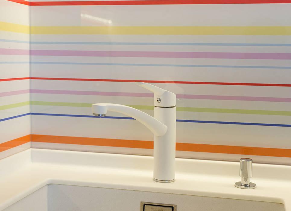 Яркий минимализм D&T Architects Кухня в стиле минимализм