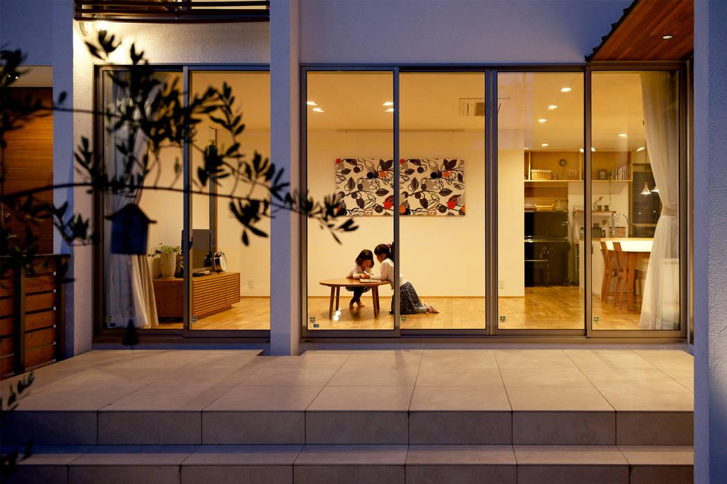 Ruang Keluarga oleh H建築スタジオ, Modern