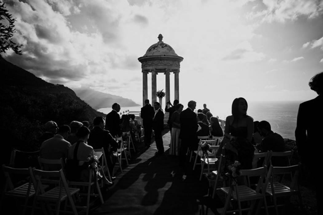 Boda idílica, en blanco y negro: Jardines de estilo mediterráneo de GARCIA HERMANOS