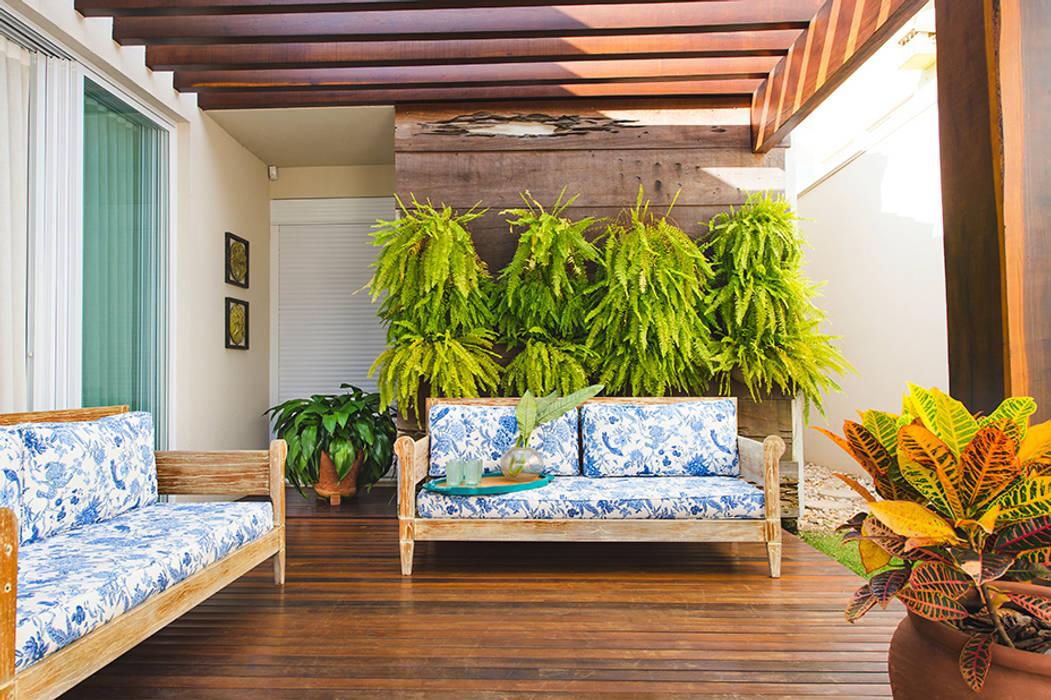 Varanda Varandas, alpendres e terraços tropicais por Rafaela Dal'Maso Arquitetura Tropical