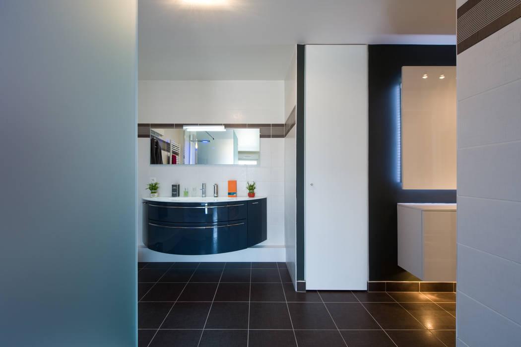 Badezimmer von la cuisine dans le bain sk concept, modern ...