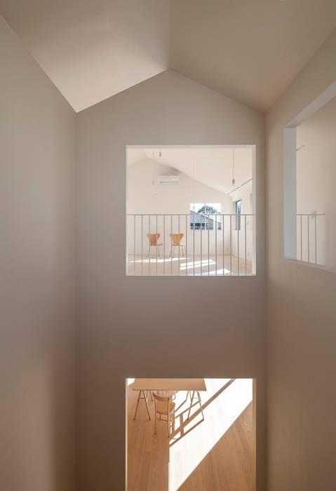 OPEN TO BELOW: YUCCA designが手掛けた廊下 & 玄関です。,ミニマル