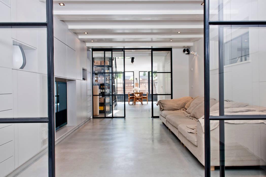 Vernieuwbouw grachtenpand:  Mediakamer door Kodde Architecten bna, Industrieel