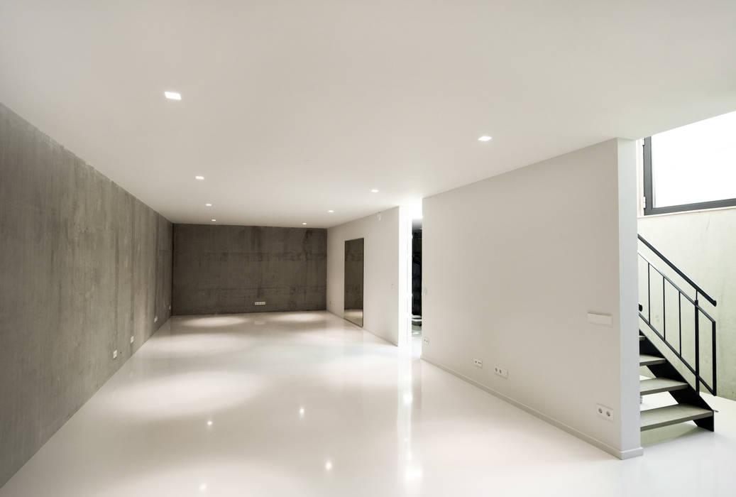 Duinvilla te Monster Moderne muren & vloeren van Kodde Architecten bna Modern