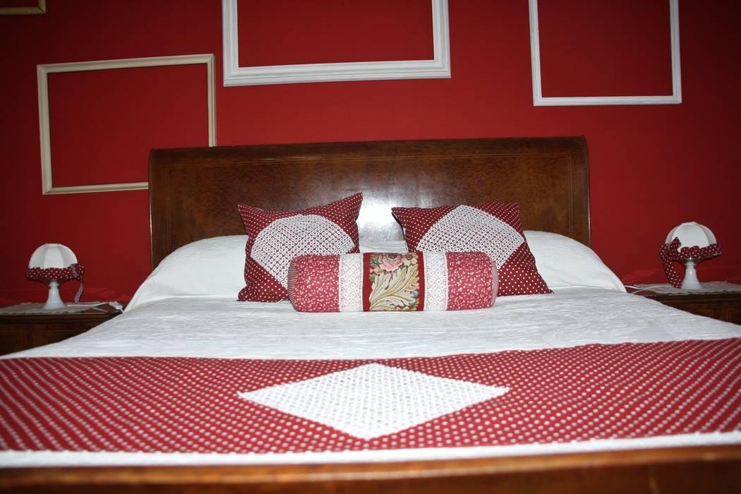 Camera da letto rossa: camera da letto in stile di home staging ...