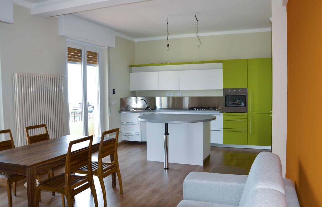 Ambiente Open space - Soggiorno e cucina Skyline: Sala da pranzo in stile in stile Moderno di Architetti di Casa