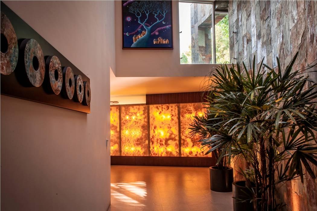 VESTIBULO: Pasillos y recibidores de estilo  por GRUPO VOLTA,