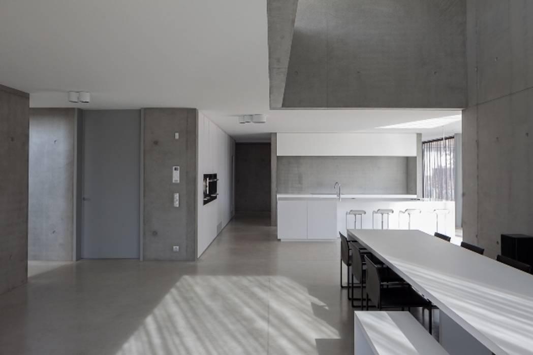 woning en kantoor volledig in ter plaatse gestort beton:  Eetkamer door pluspunt architectuur