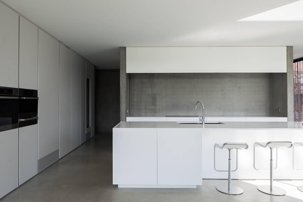 woning en kantoor volledig in ter plaatse gestort beton:  Keuken door pluspunt architectuur, Minimalistisch