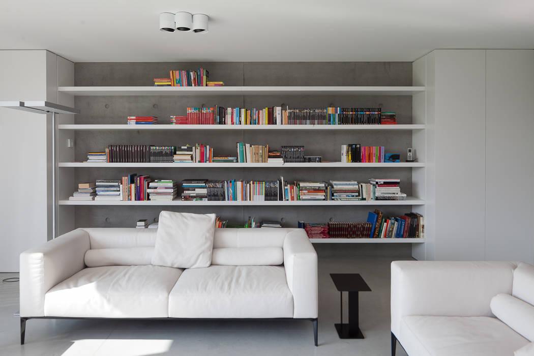 woning en kantoor volledig in ter plaatse gestort beton:  Woonkamer door pluspunt architectuur