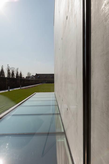woning en kantoor volledig in ter plaatse gestort beton:  Huizen door pluspunt architectuur, Minimalistisch