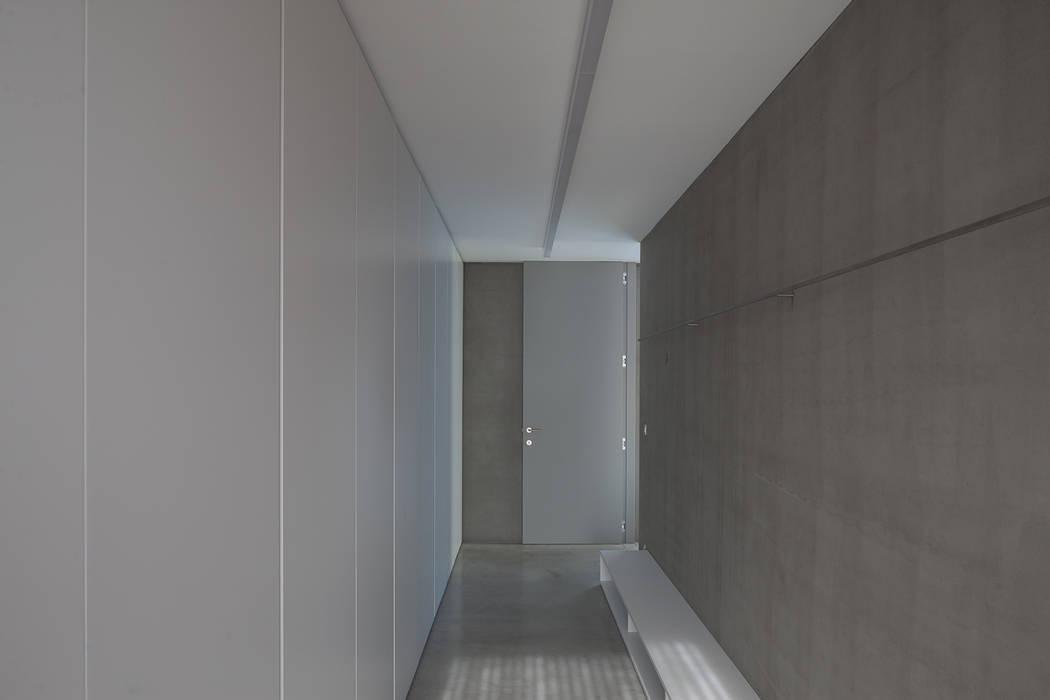 woning en kantoor volledig in ter plaatse gestort beton:  Kleedkamer door pluspunt architectuur