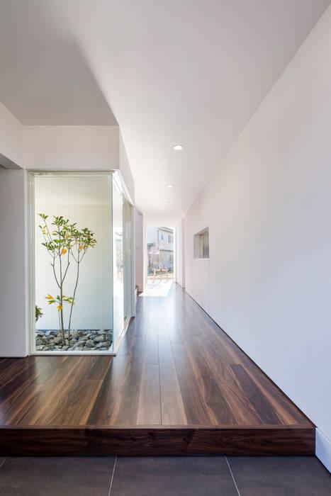 Pasillos, vestíbulos y escaleras de estilo moderno de 株式会社細川建築デザイン Moderno