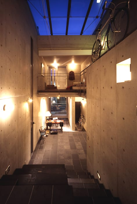 ギャラリースペース夜景内観 モダンデザインの リビング の 久保田英之建築研究所 モダン