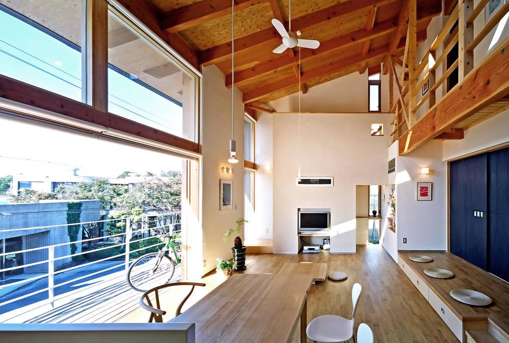 リビング: 久保田英之建築研究所が手掛けたリビングです。