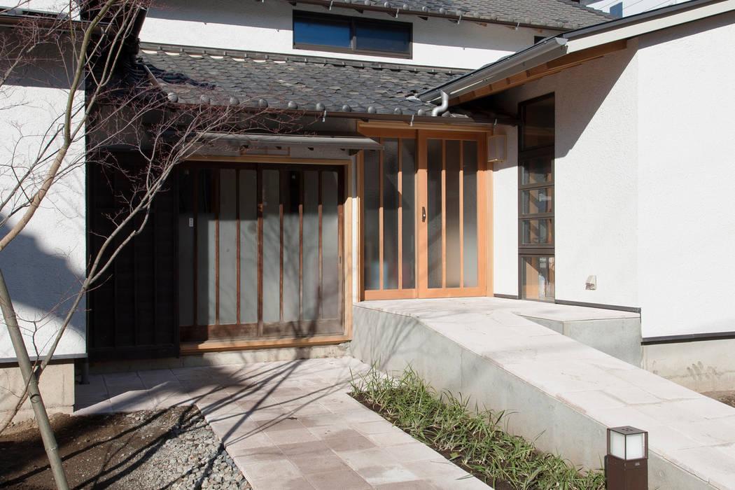 新旧並ぶ玄関: 結人建築設計事務所が手掛けた家です。