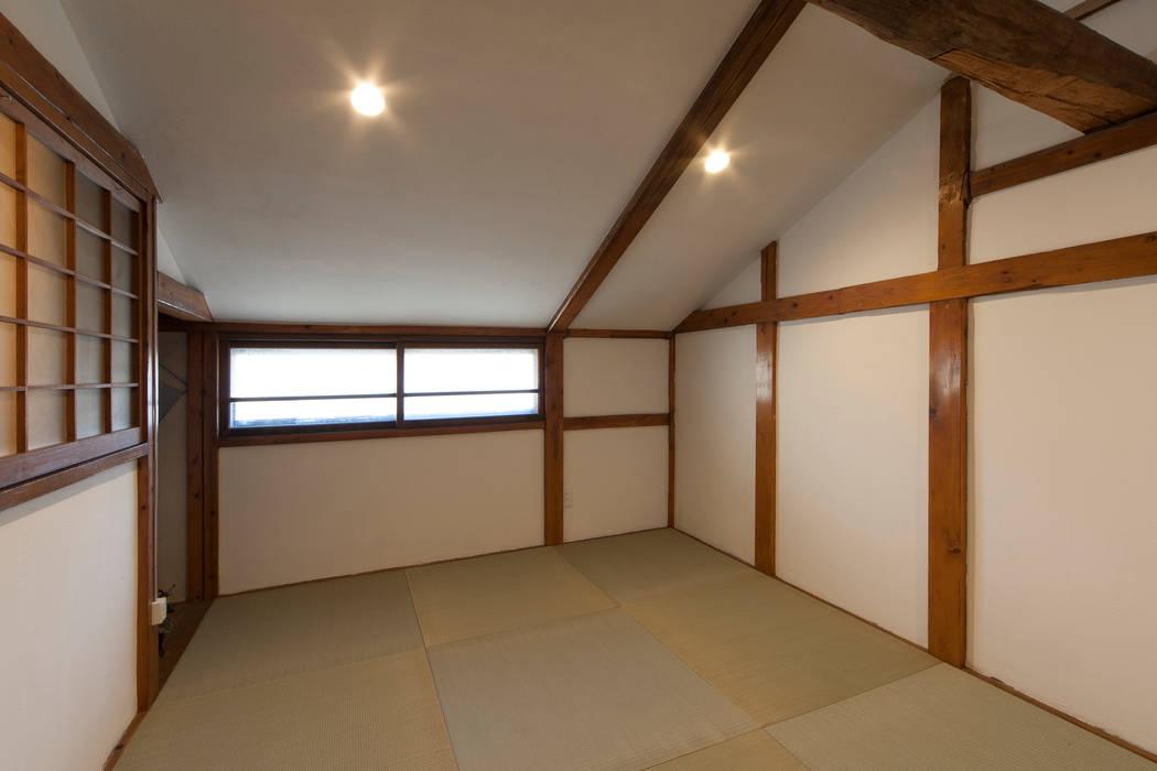 もともとの木製窓を保存した部屋: 結人建築設計事務所が手掛けた和室です。