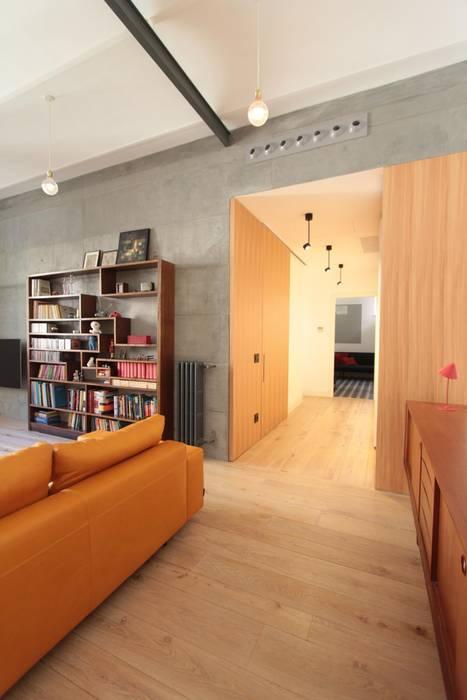 Il soggiorno dall'ingresso.: Soggiorno in stile in stile Moderno di studio magna