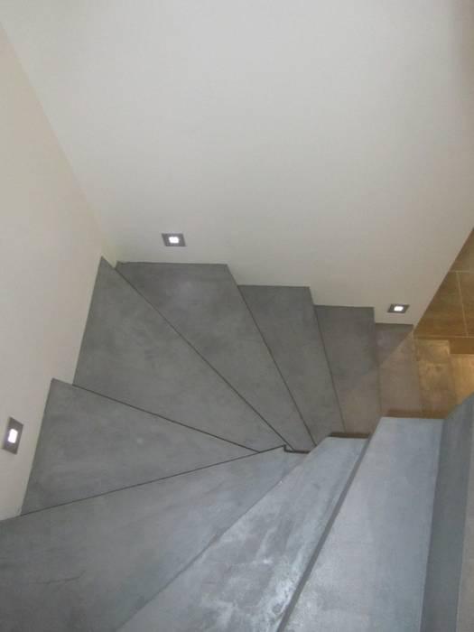 ESCALIER EN BETON CIRE: Couloir et hall d'entrée de style  par CATHERINE PENDANX
